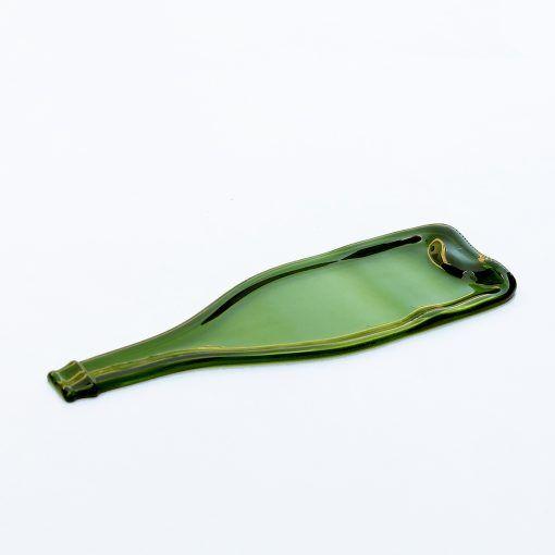 Con la taba de mesa en vidrio reciclado HalfTabla tus aperitivos se veran y sabran aún mejor si se presenta en esta tabla verde y brillante.