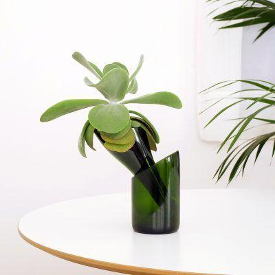 Hermosa maceta de autorriego de vidrio reciclado realizada artesanalmente que con su forma sofisticada es ideal para darle rienda suelta a tu alma verde!