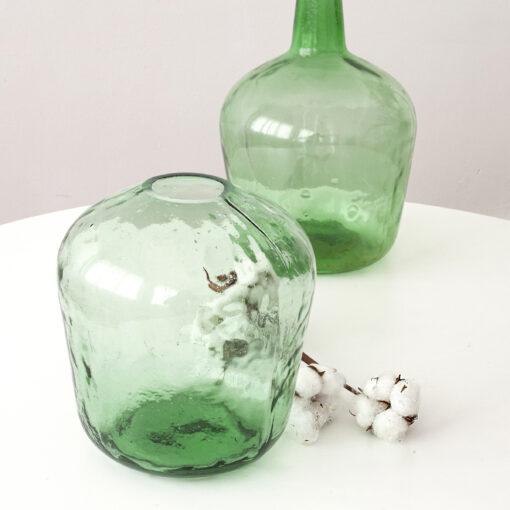 Lola un jarrón para flores que ha realizado con antiguas damajuanas de vidrio sopladas a mano. El efecto irregular del vidrio sopado lo convierte en un objeto decorativo de diseño único y singular.